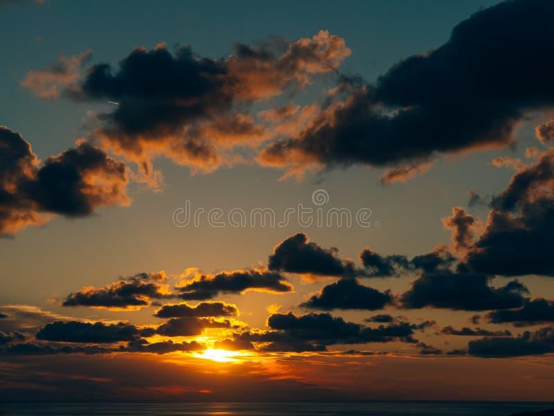 Por do sol no céu Céu do por do sol nas nuvens fotos de stock