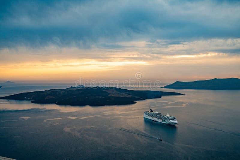 Por do sol no Caldera, ilha de Santorini da vista panorâmica em Grécia, tiro de Thira imagem de stock