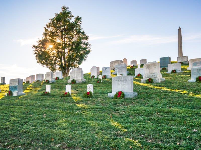 Por do sol no cemitério foto de stock