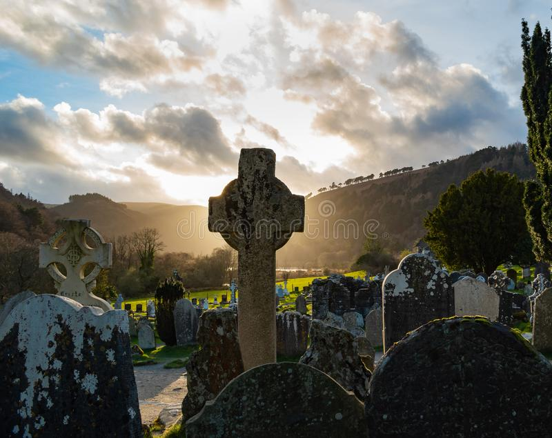 Por do sol no cemitério celta fotos de stock royalty free