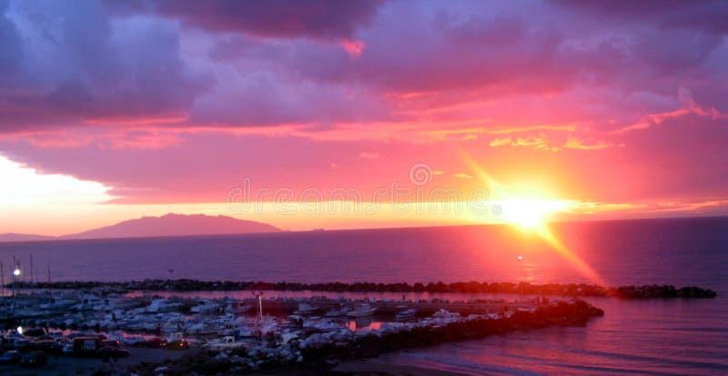 Por do sol no console da Ilha de Elba fotografia de stock