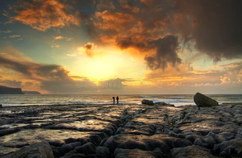 Por do sol no console rochoso fotografia de stock