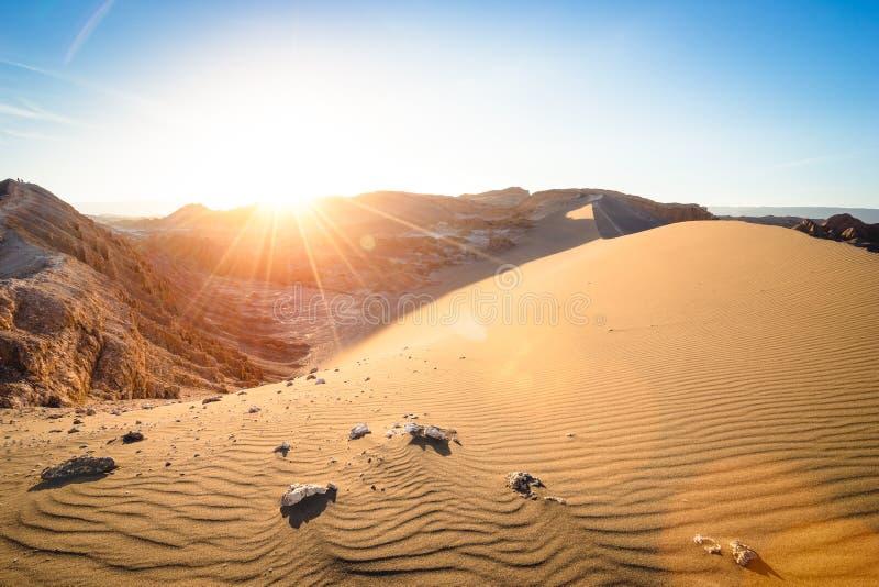 Por do sol no ` de Luna do della de Valle do ` - deserto de Atacama - o Chile foto de stock royalty free