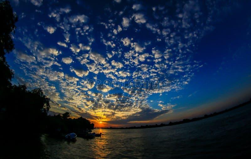 Por do sol no delta de Danúbio fotografia de stock