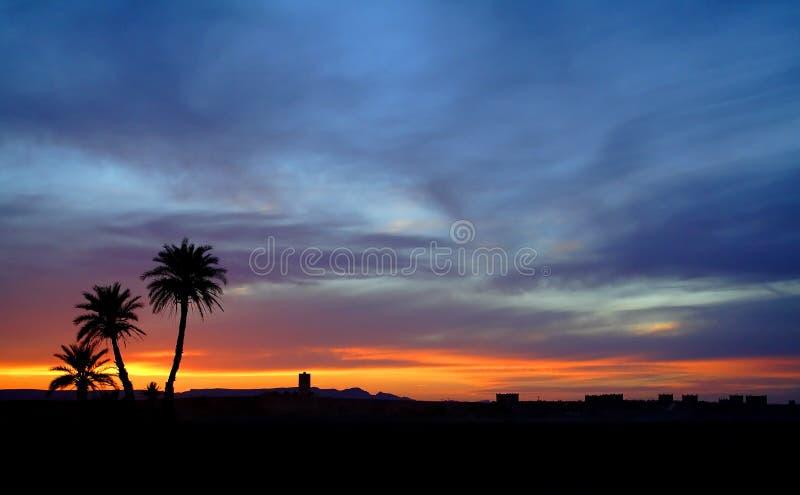 Por do sol no deserto de Sahara fotografia de stock