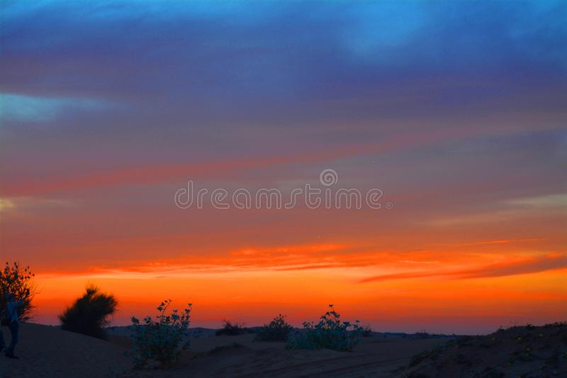 Por do sol no deserto, Dubai UAE foto de stock royalty free