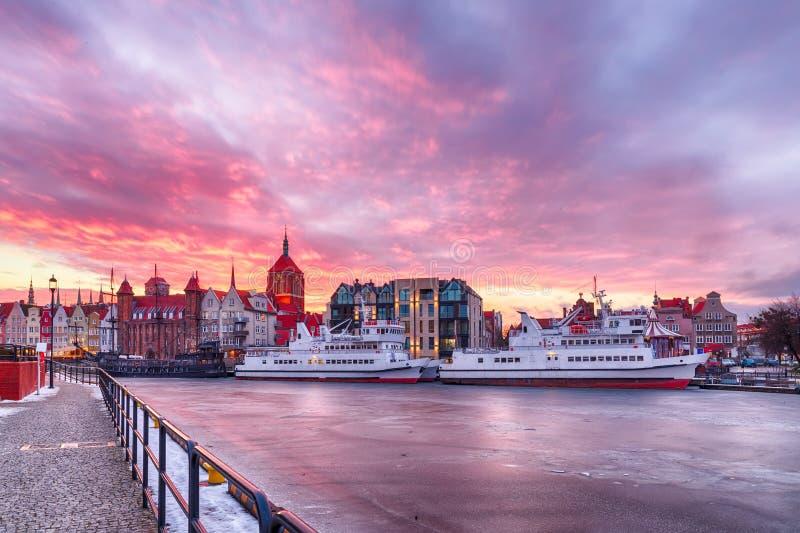 Por do sol no enbankment de Moltawa, Polônia de Gdansk imagens de stock