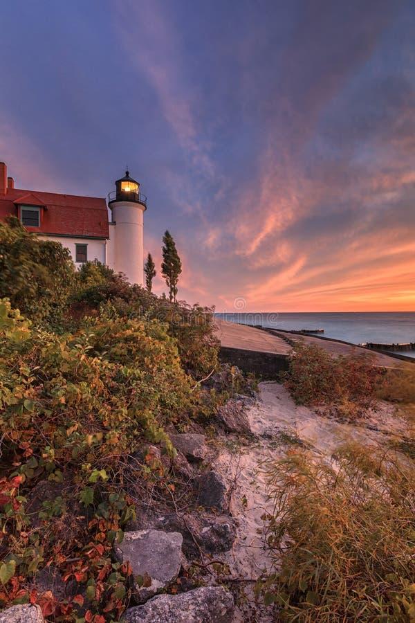 Por do sol no farol de Betsie do ponto perto da salsicha tipo frankfurter Michigan, EUA imagem de stock