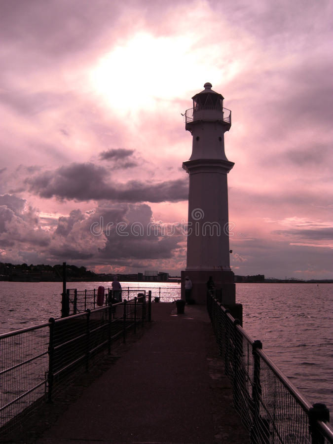 Por do sol no farol de New Haven em Edimburgo, Escócia, Reino Unido fotografia de stock