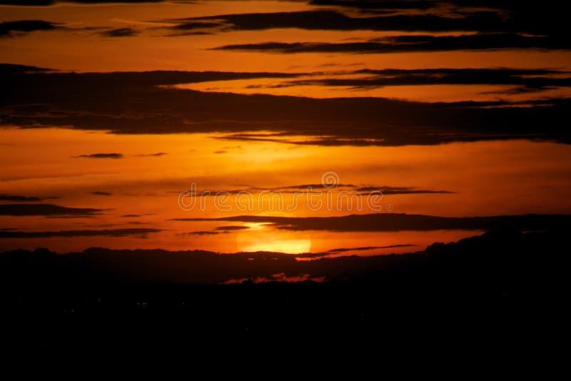 Por do sol no fundo da nuvem da escuridão fotos de stock royalty free