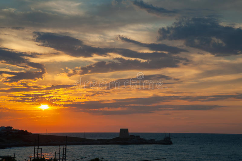 Por do sol no Gargano, no trebuchet e na torre sarraceno fotografia de stock royalty free