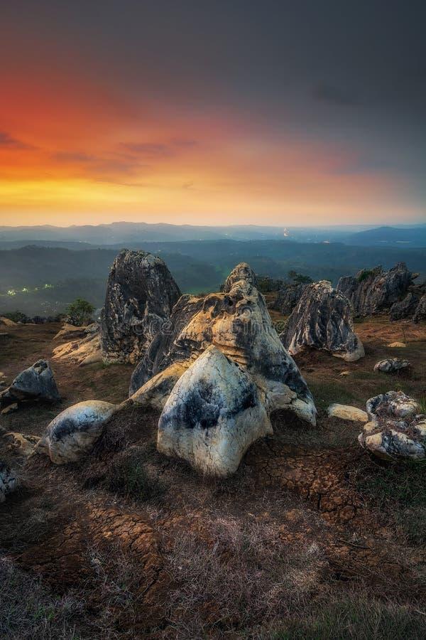 Por do sol no geopark de pedra do jardim fotos de stock royalty free