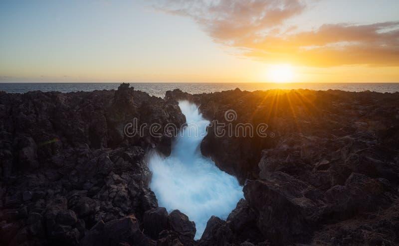 Por do sol no Gouffre de Etang Salé em Reunion Island fotografia de stock