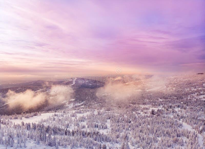 Por do sol no inverno nas montanhas da floresta, zangão aéreo da vista superior imagens de stock