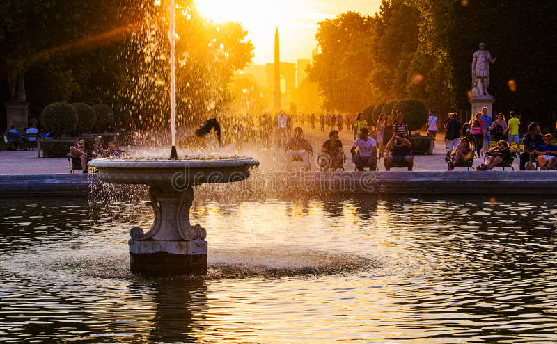 Por do sol no jardim de Tuileries imagens de stock royalty free