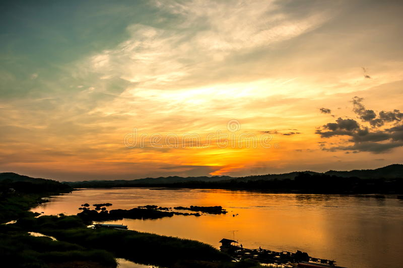 Por do sol no khongriver foto de stock royalty free
