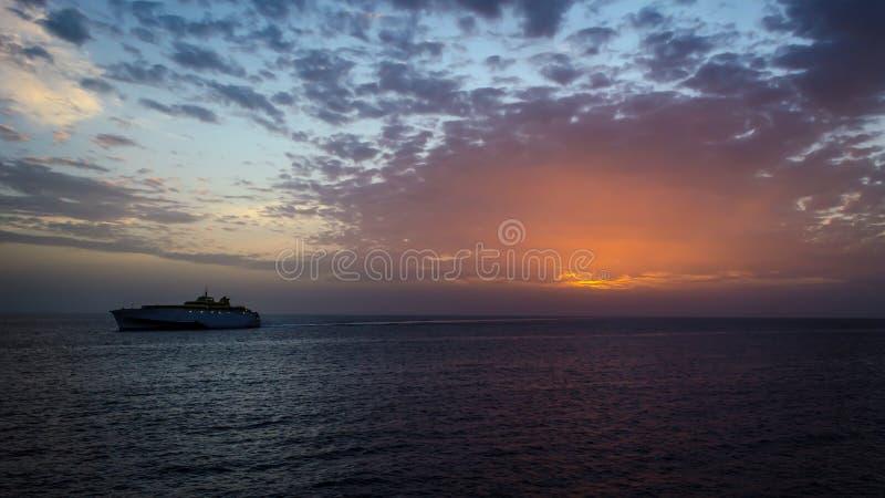 Por do sol no La Gomera, Ilhas Canárias Vista do porto no mar e aproximação à balsa portuária imagens de stock royalty free