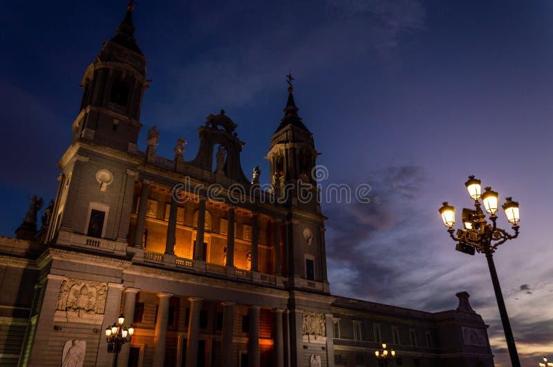 Por do sol no la Real de la Almudena 2 de Catedral de Santa MarÃa foto de stock