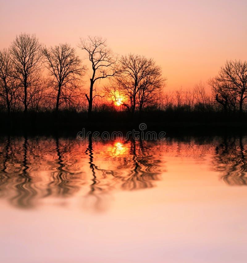 Por do sol no lago fotografia de stock royalty free