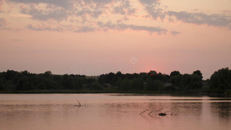 Por do sol no lago fotografia de stock royalty free