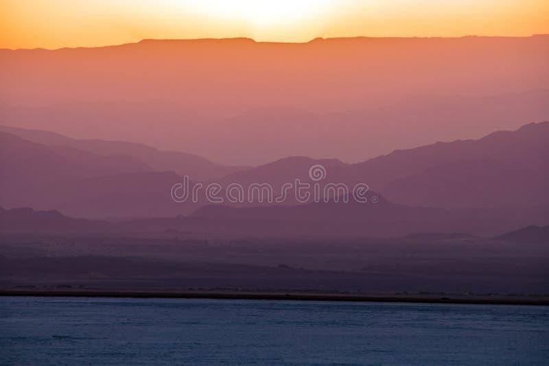 Por do sol no lago Assale, Etiópia fotos de stock royalty free