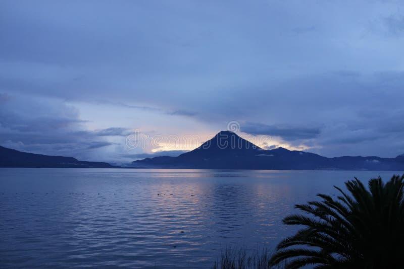 Por do sol no lago Atitlan na Guatemala imagem de stock royalty free