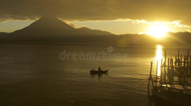 Por do sol no lago Atitlan Panajachel, Guatemala fotos de stock royalty free