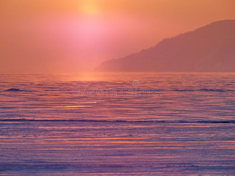 Por do sol no lago Baikal imagens de stock royalty free
