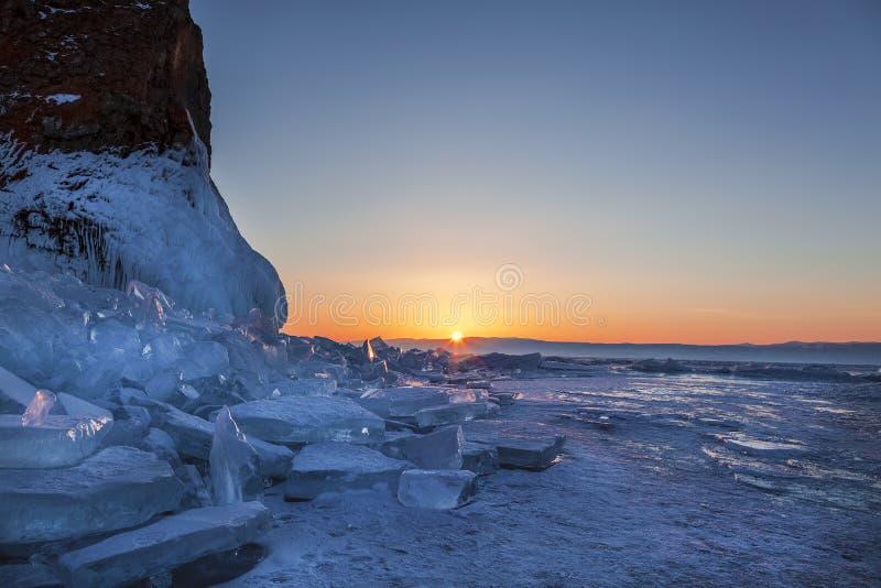 Por do sol no Lago Baikal no inverno, Sibéria oriental fotografia de stock
