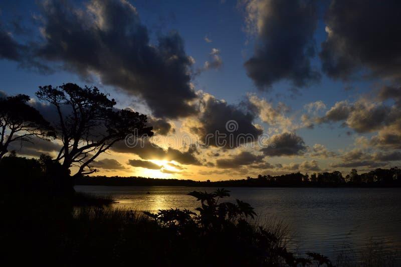 Por do sol no lago, Canelones, Uruguai imagem de stock royalty free