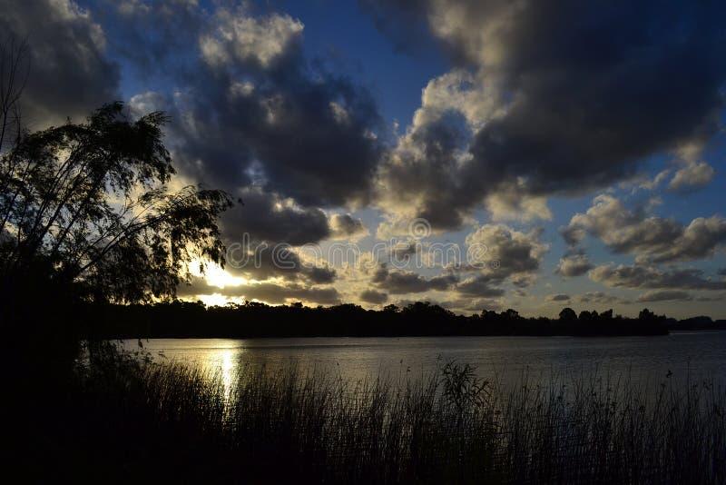 Por do sol no lago, Canelones, Uruguai fotografia de stock