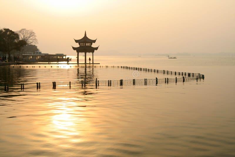Por do sol no lago chinês fotografia de stock royalty free
