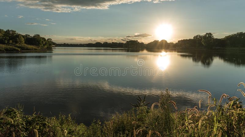 Por do sol no lago cinzento do ` s fotos de stock royalty free