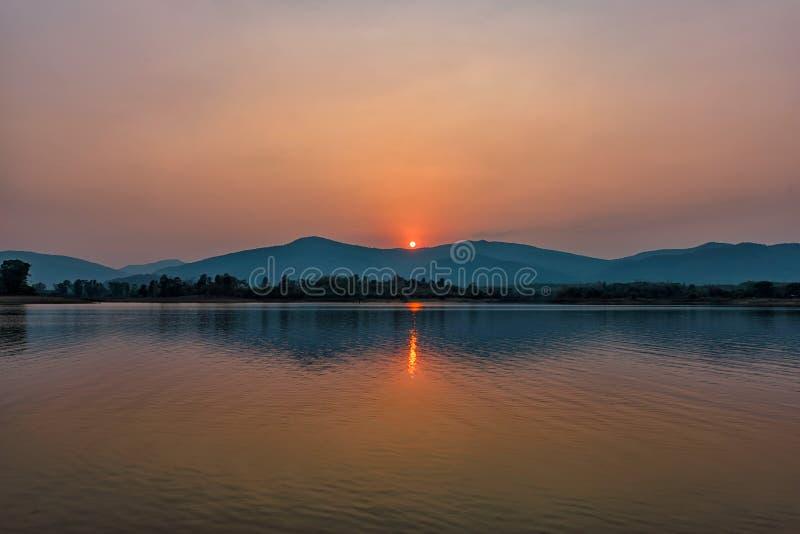 Por do sol no lago da montanha em Chiang Rai, ao norte de Tailândia fotografia de stock royalty free