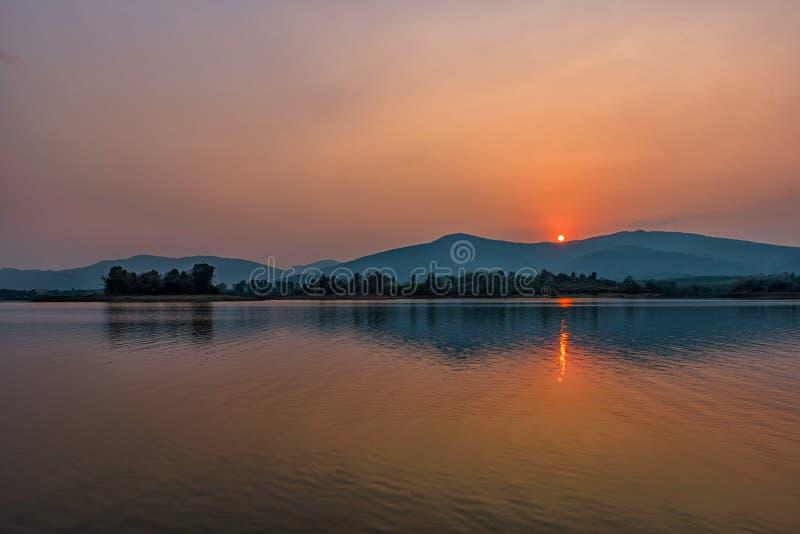 Por do sol no lago da montanha em Chiang Rai, ao norte de Tailândia imagens de stock royalty free