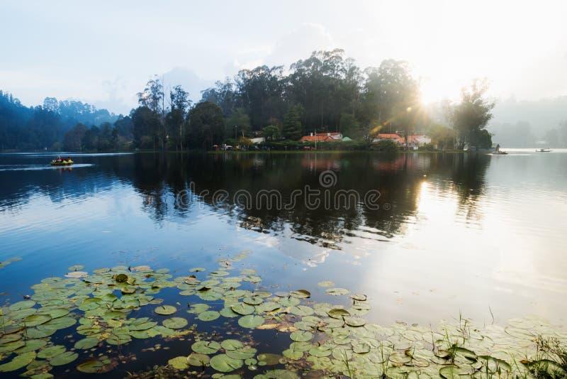 Por do sol no lago de Kodaikanal, Índia imagem de stock