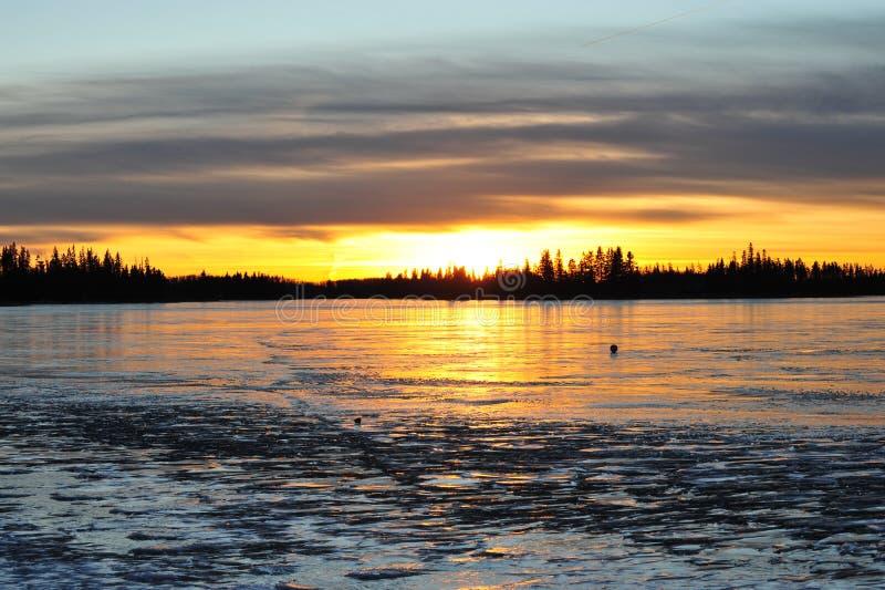 Por do sol no lago do gelo imagem de stock