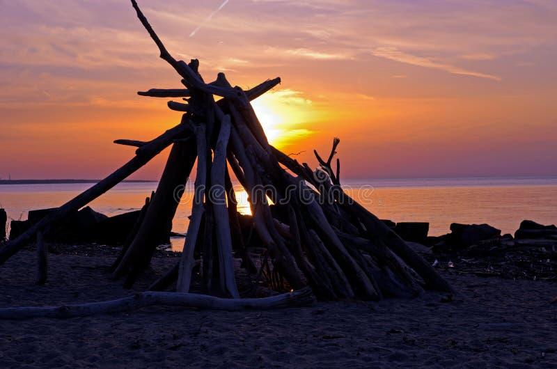 Por do sol no Lago Erie na costa norte de Cleveland foto de stock