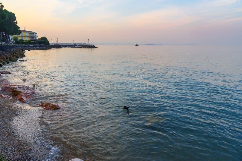 Por do sol no lago Garda, Lago di Garda Peschiera del Garda Italy fotografia de stock royalty free