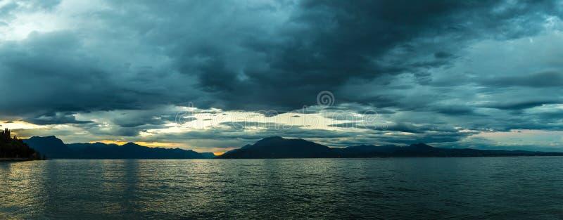 Por do sol no lago Garda em Itália fotos de stock