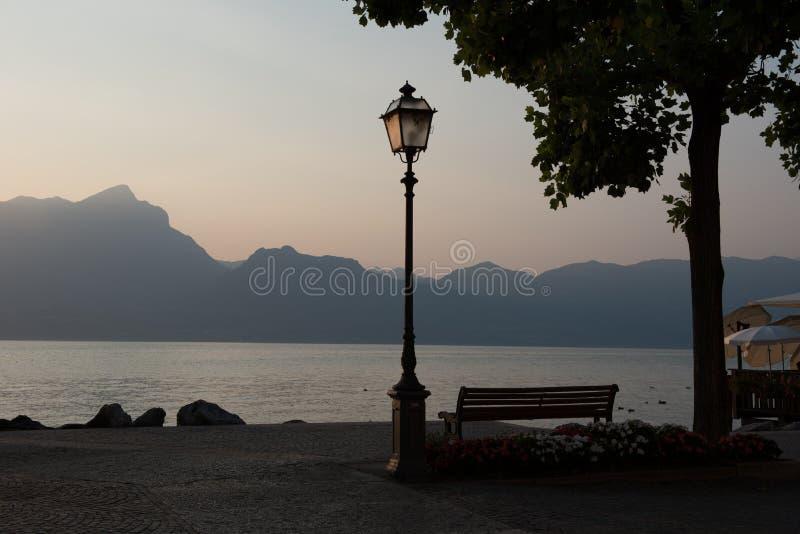 Por do sol no lago Garda, Torri del Benaco, Italia foto de stock