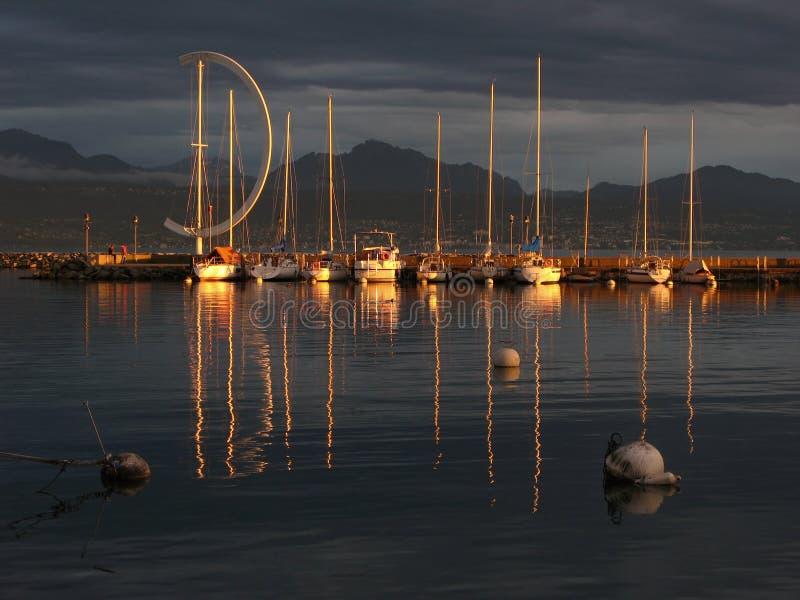 Por do sol no lago Genebra, CH fotografia de stock royalty free