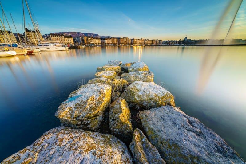 Por do sol no lago Genebra em Genebra, Suíça fotografia de stock royalty free