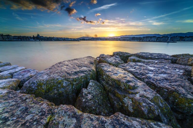 Por do sol no lago Genebra em Genebra, Suíça fotos de stock royalty free
