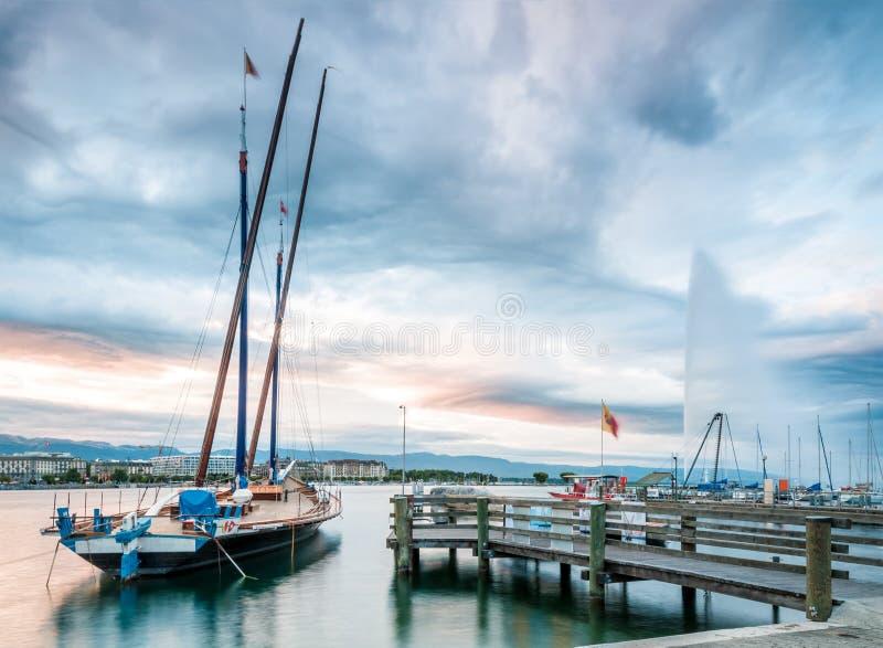 Por do sol no lago geneva em Switzerland. foto de stock royalty free