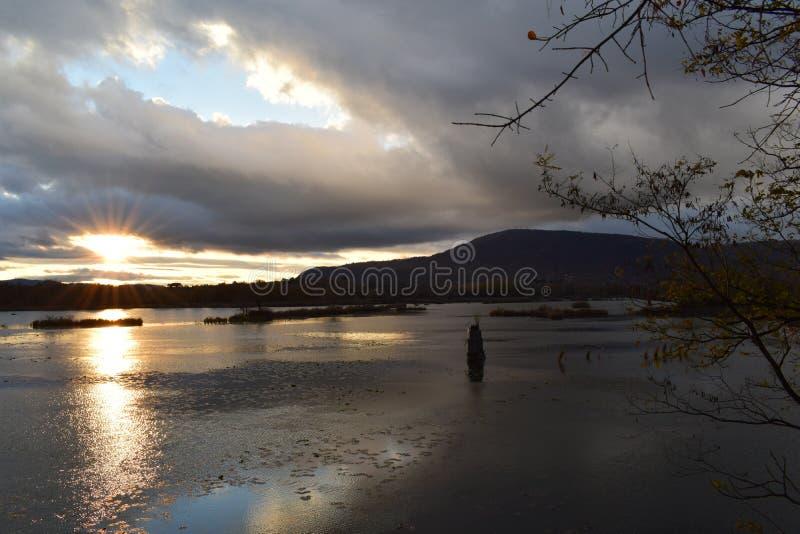 Por do sol no lago Iseo imagem de stock
