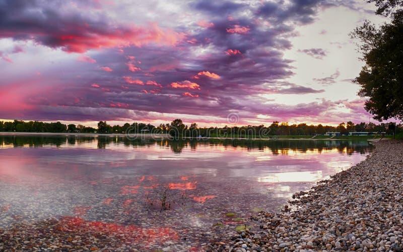 Por do sol no lago Jarun fotos de stock royalty free