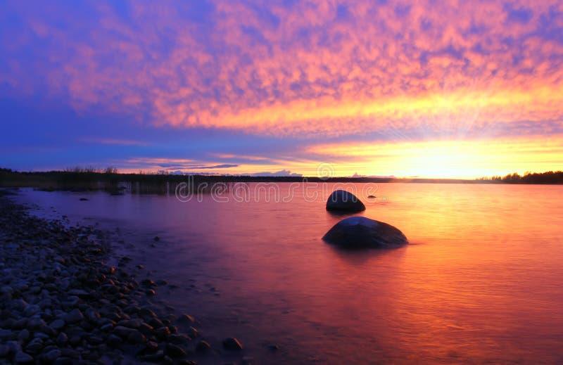 Por do sol no lago Ladoga, Rússia imagens de stock