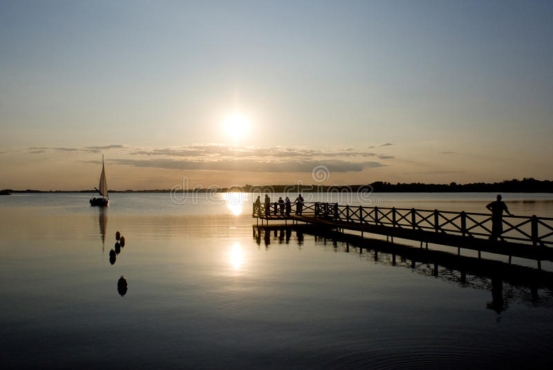 Por do sol no lago Mamry imagem de stock royalty free