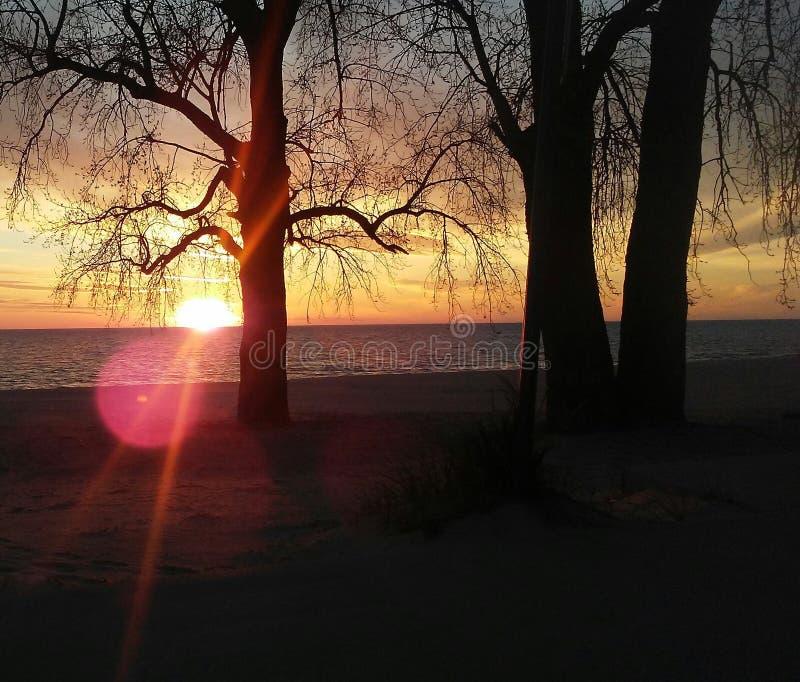 Por do sol no Lago Michigan com sunburst foto de stock